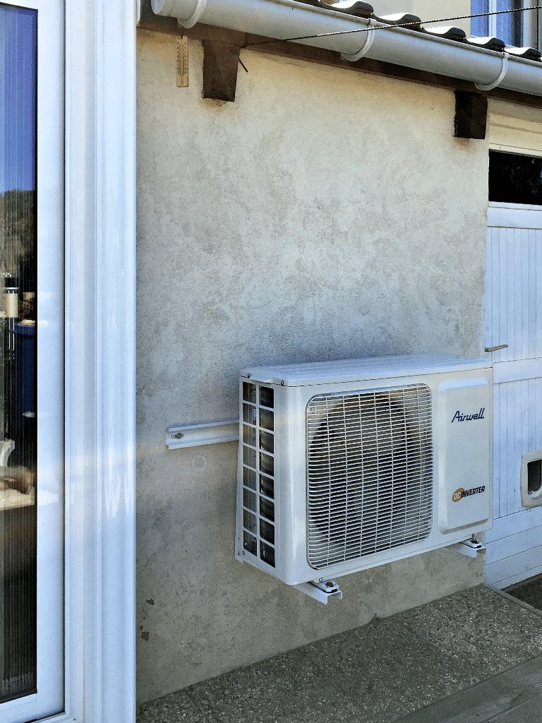Saulny - Unité externe de la climatisation posée dans la véranda